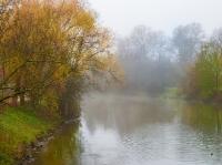 Nebel liegen über der Nidda