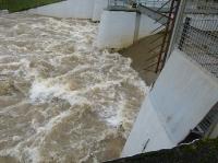 Hochwasser tost am Praunheimer Wehr